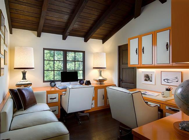 Оранжево-белая мебель в интерьере офиса.