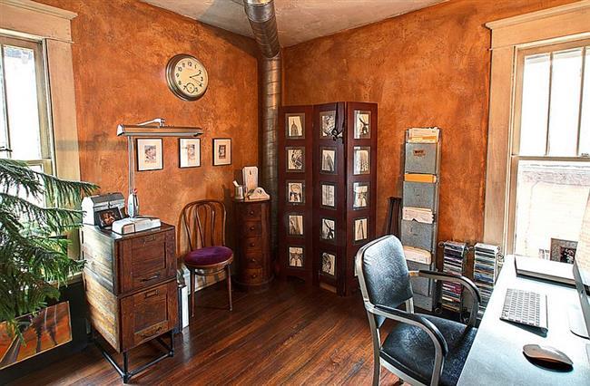 Кабинет в деревенском стиле с оранжевыми стенами.
