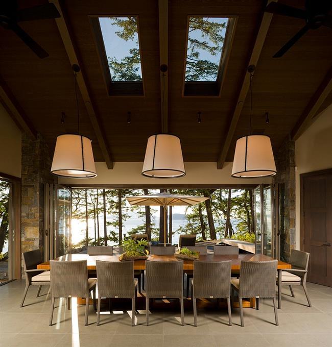 Стильная столовая с классическими мансардными окнами.