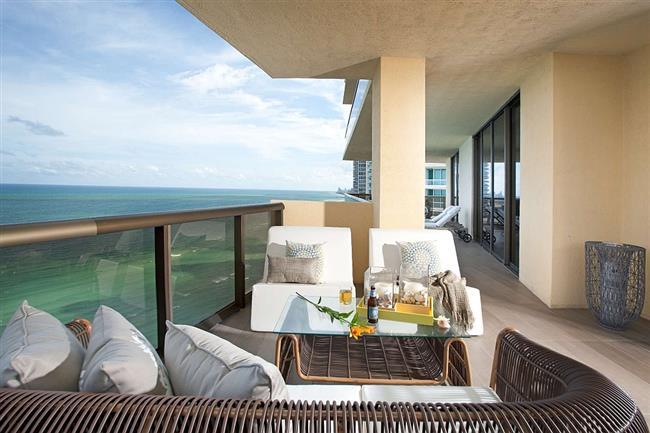 Просторный балкончик с зоной отдыха.