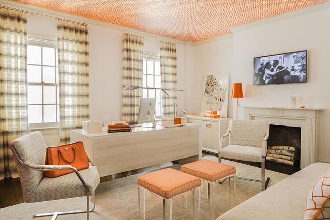 Светлый кабинет-гостиная с оранжевыми аксессуарами.