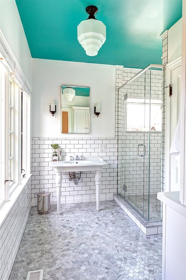 Небольшая ванная комната с голубым потолком.