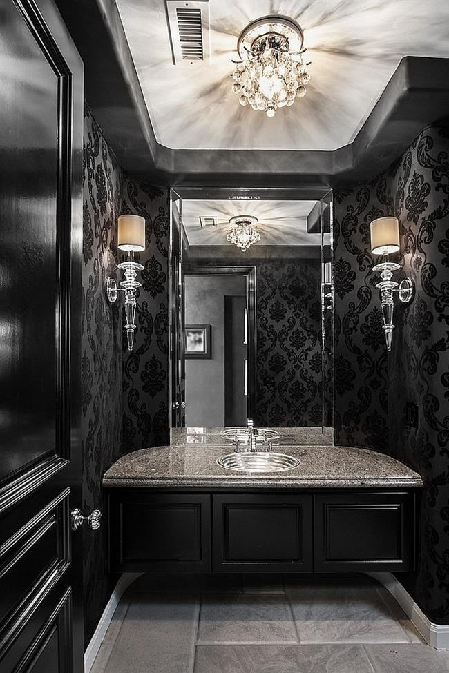 Изысканная ванная комната с черными обоями.