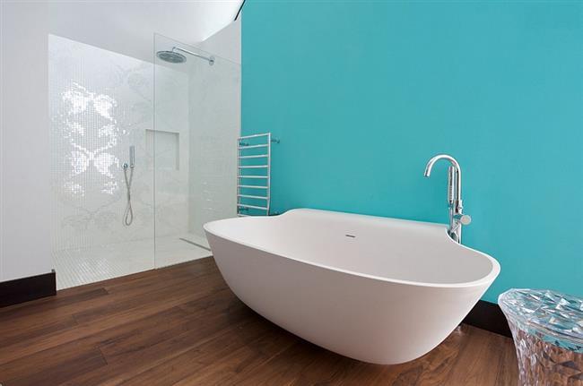 Современная ванная в голубых и белых тонах.