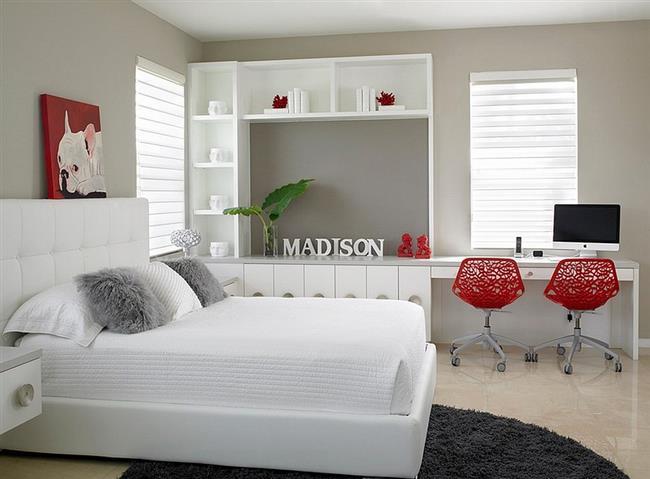 Светлая спальня с яркими красными аксессуарами.