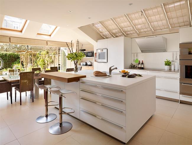 Мансардные окна в кухне в современном стиле.