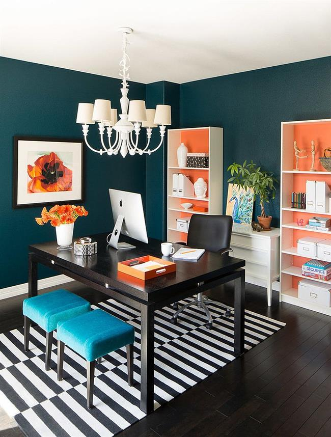 Необычный кабинет с элементами яркого оранжевого цвета.