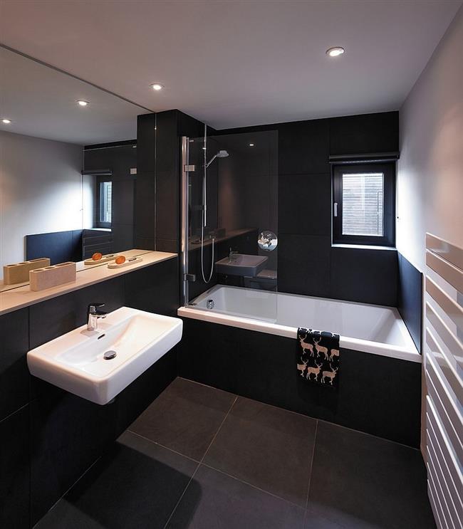 Стильная черная-белая ванная в минималистическом стиле.