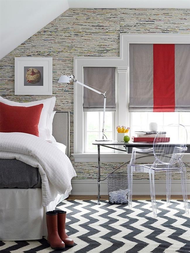 Современная спальня в серых, бежевых и красных цветах.