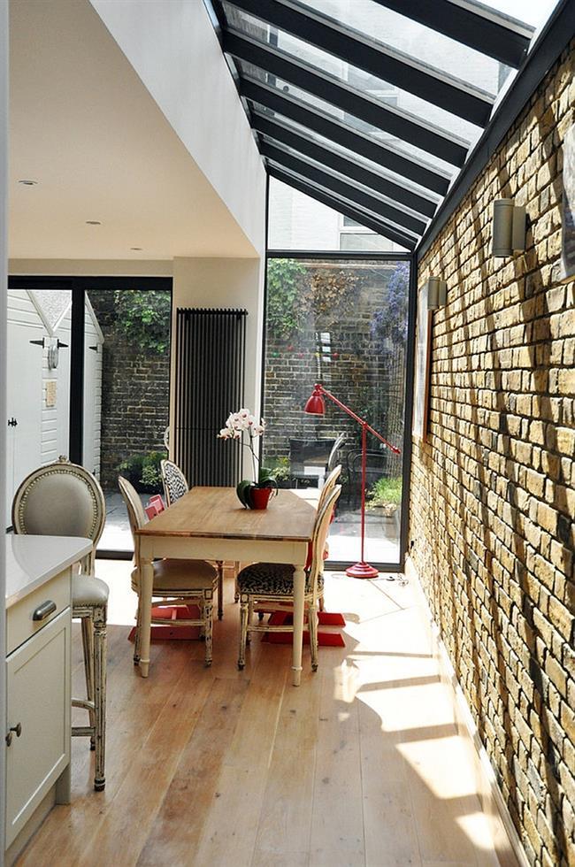 Столовая в индустриальном стиле с мансардными окнами.