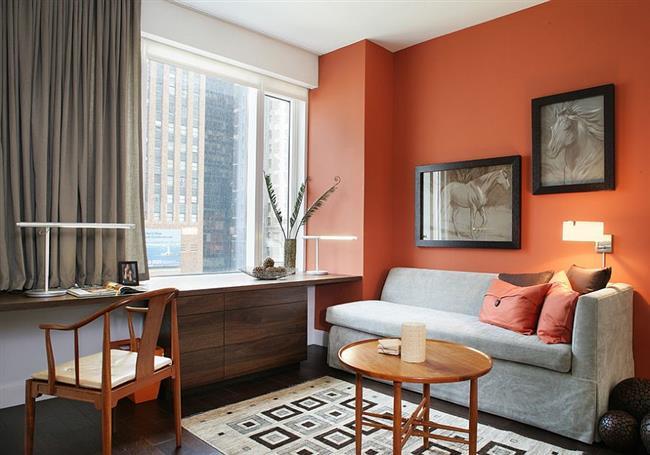 Стильный домашний кабинет с оранжевой стеной.