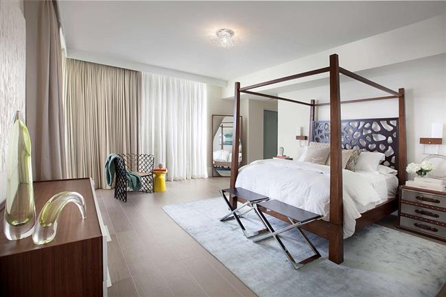 Элегантная спальня с мебелью из дерева.