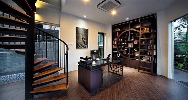 Небольшой офис в холле частного дома.