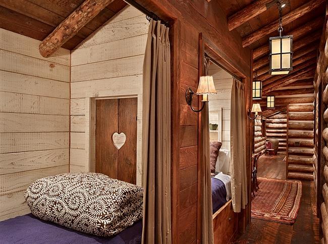 Необычные детские кровати в деревянных нишах.