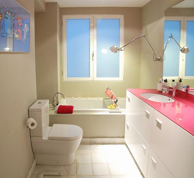Небольшая ванная с аксессуарами цвета фуксии.