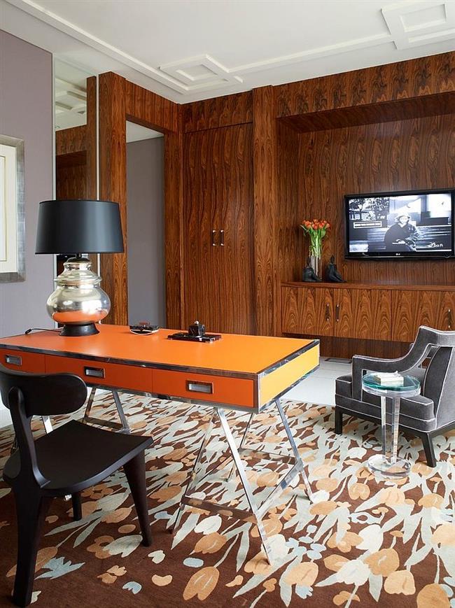 Оранжевый стол в интерьере домашнего кабинета.