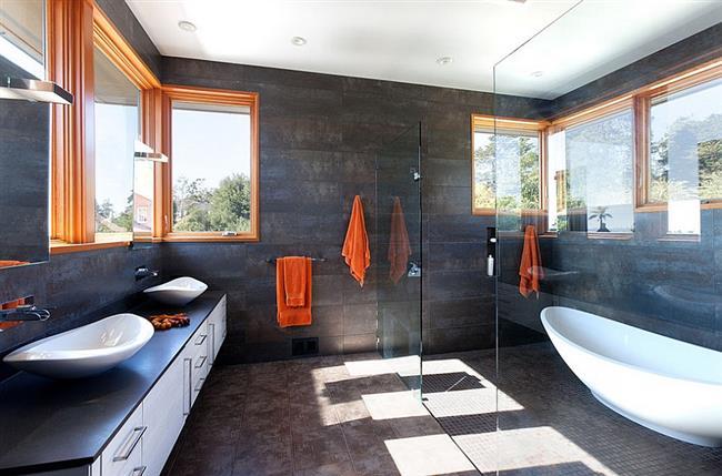 Ванная комната с элементами оранжевого цвета.