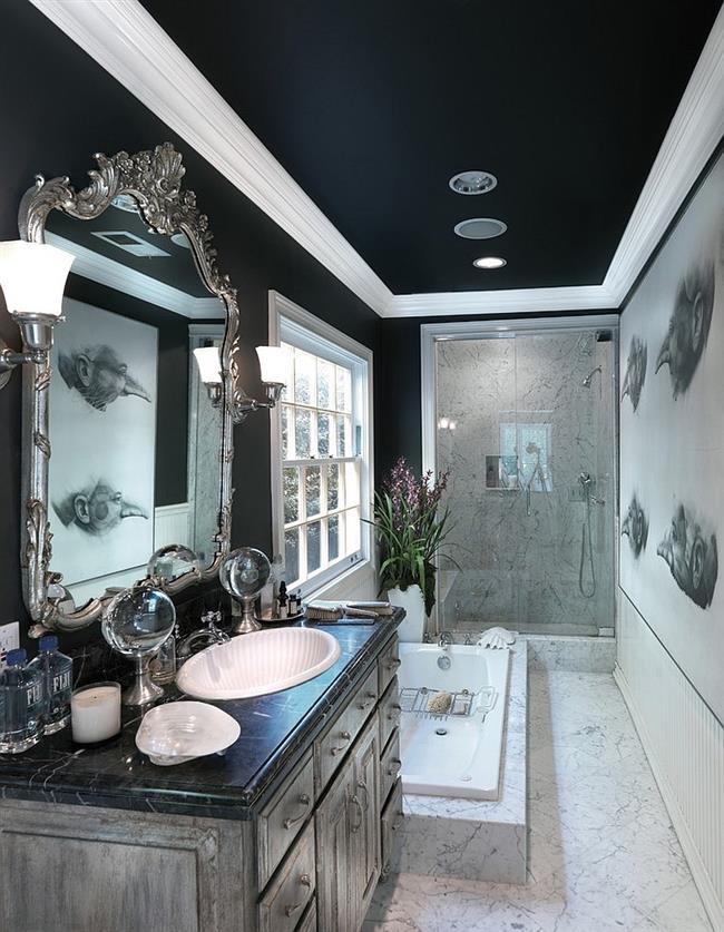 Черно-белая ванная с серебристыми аксессуарами.
