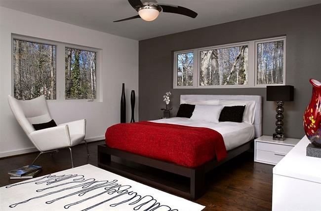 Небольшая спальня с аксессуарами красного цвета.