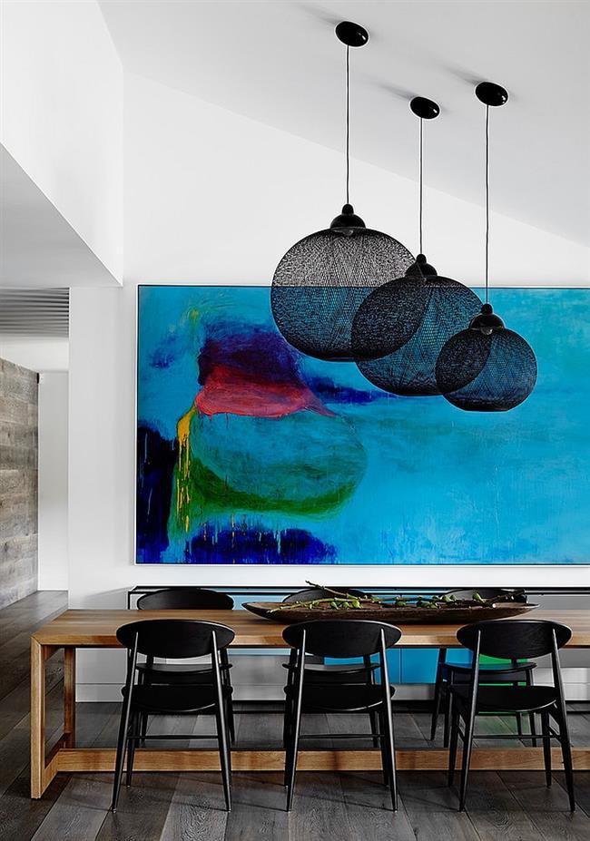 Светильники классического черного цвета в интерьере столовой.