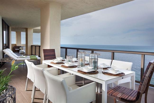 Внешняя столовая с видом на океан.