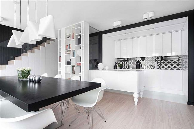Черно-белая столовая роскошной польской квартиры.