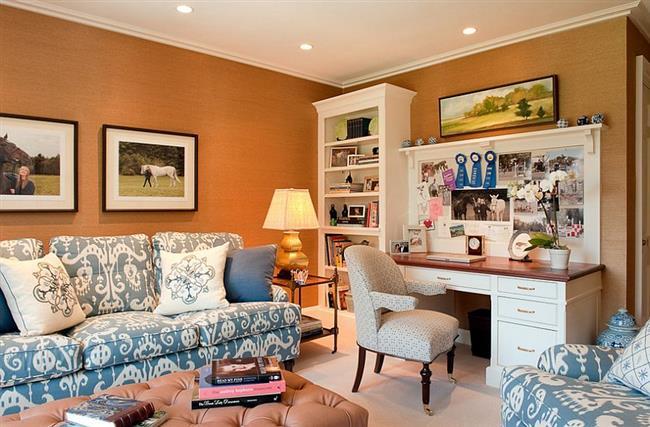 Оранжевый цвет в кабинете-гостиной.
