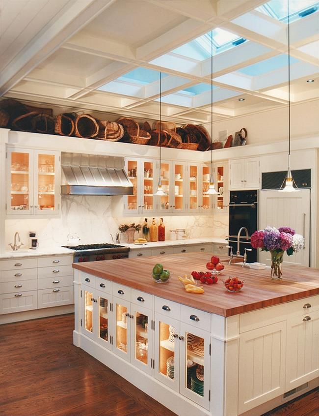 Классическая кухня с белыми мансардными окнами.
