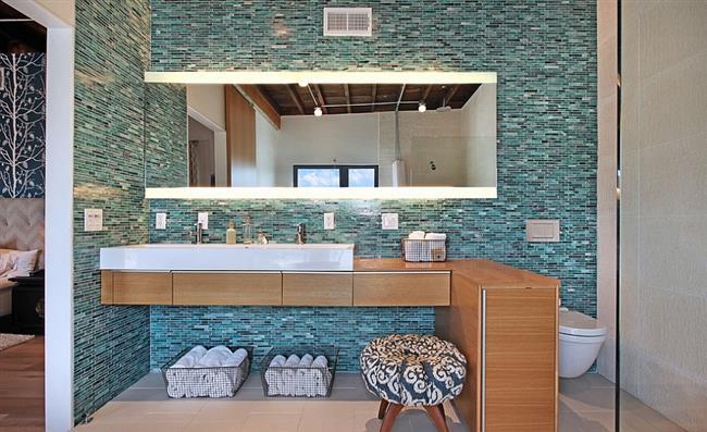 Стильная ванная с голубой мозаикой.