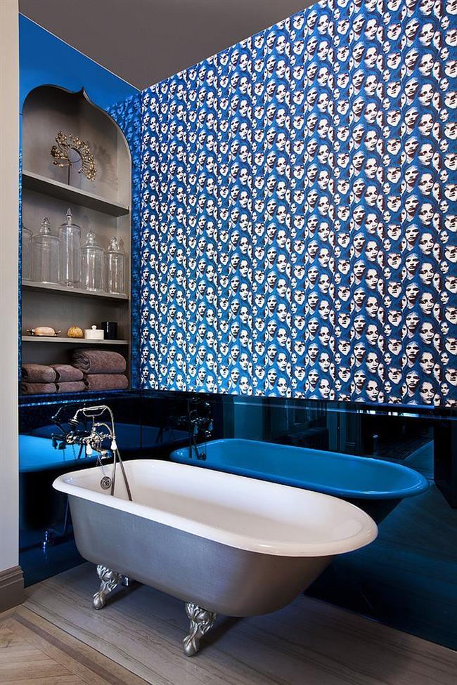Стильная ванная с узорчатыми обоями.