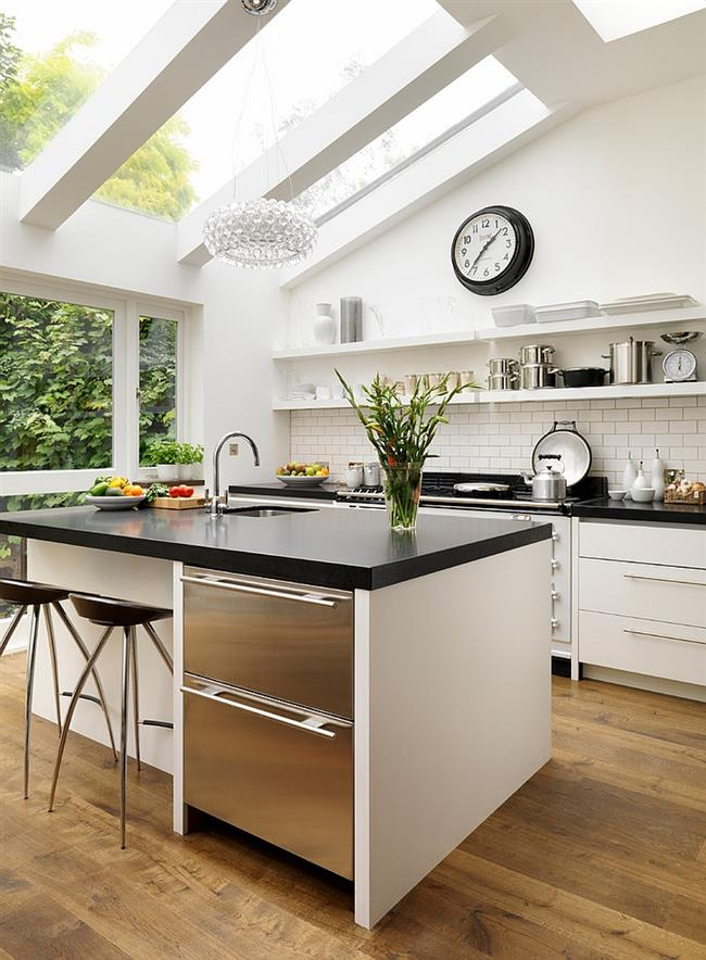 Стильная черно-белая кухня от компании Roundhouse.
