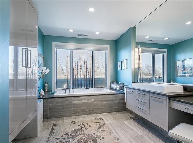 Стильная ванная в голубых, белых и серых тонах.