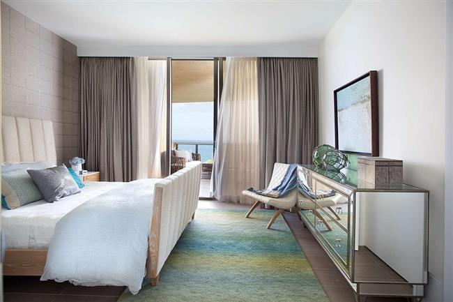 Небольшая спальня с видом на Атлантический океан.