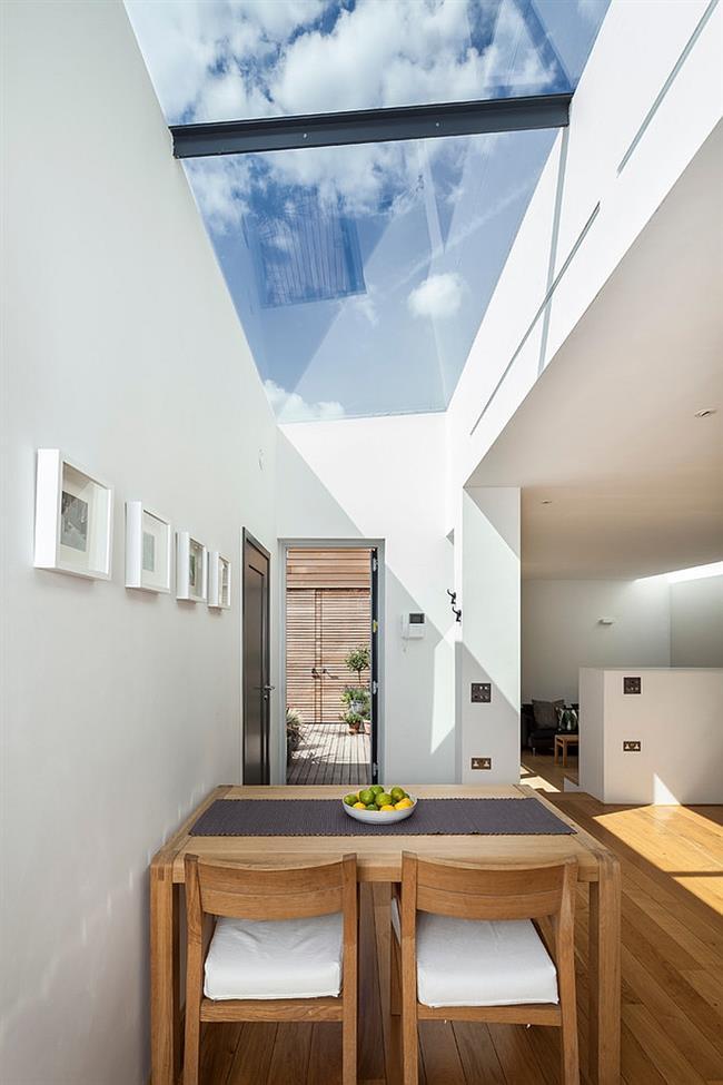 Небольшая современная столовая с мансардными окнами.