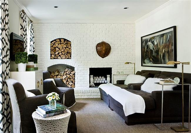 Минималистические дровники и камин в кирпичной стене гостиной.