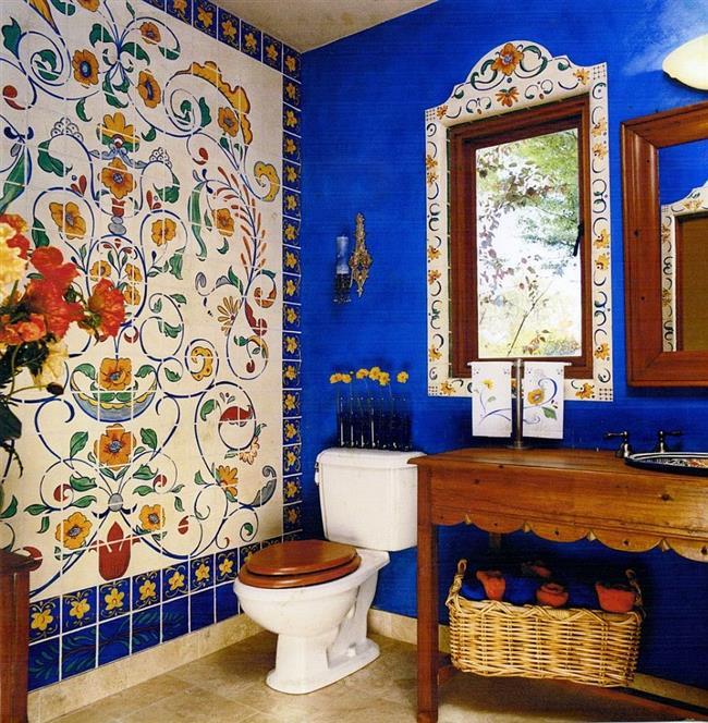 Ванная комната с узорчатой плиткой.