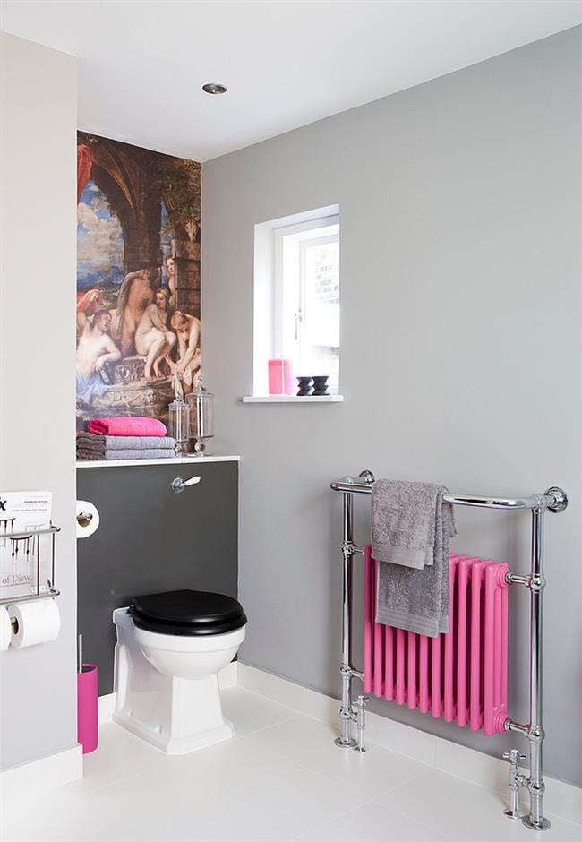 Небольшая ванная с розовыми элементами.