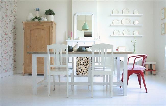 Дровник в интерьере минималистической столовой.