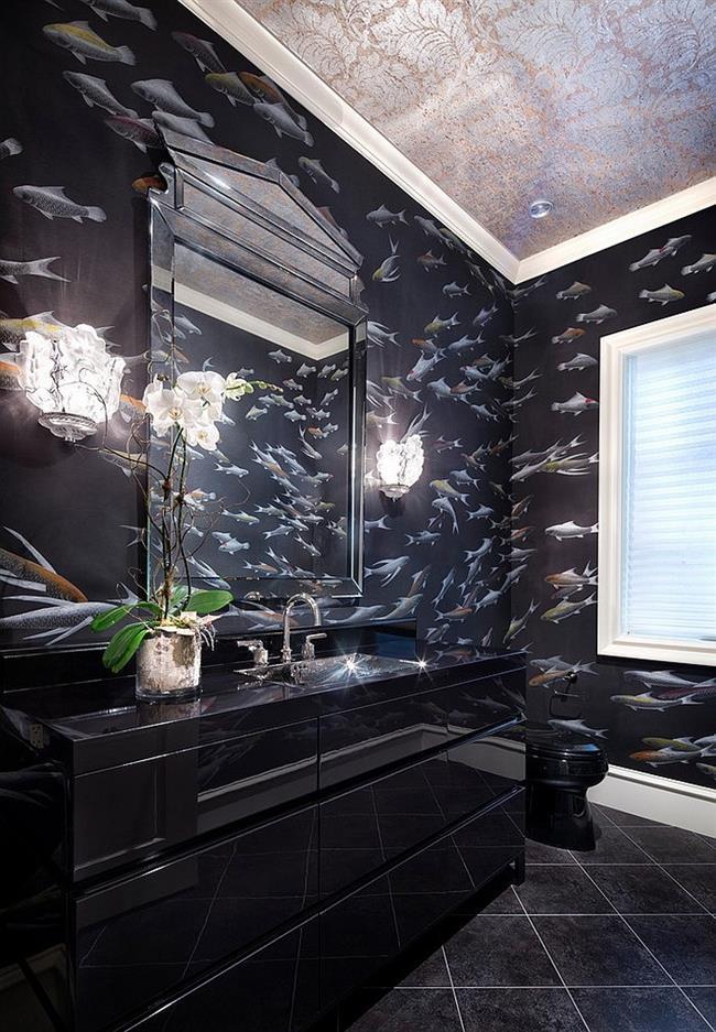 Стильная ванная с черными узорчатыми обоями.