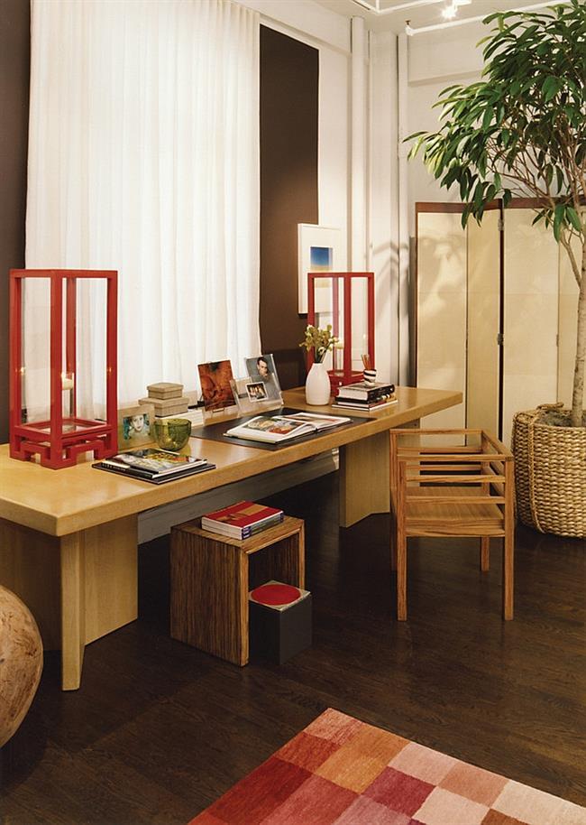 Стильный домашний кабинет, отделенный от спальни ширмой.
