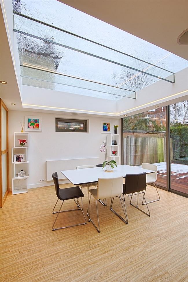 Стильная столовая со стеклянным потолком.