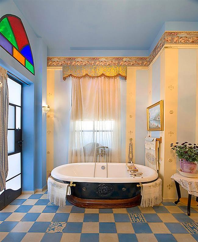 Голубые стены в эклектической ванной.