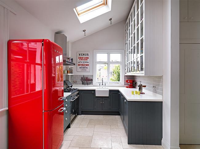 Кухня в нейтральных тонах с маленьким мансардным окном.