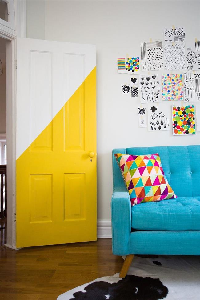 Бело-желтая дверь стильной гостиной.