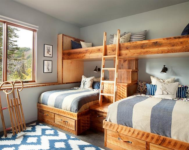 Детская комната в голубых и серых цветах.