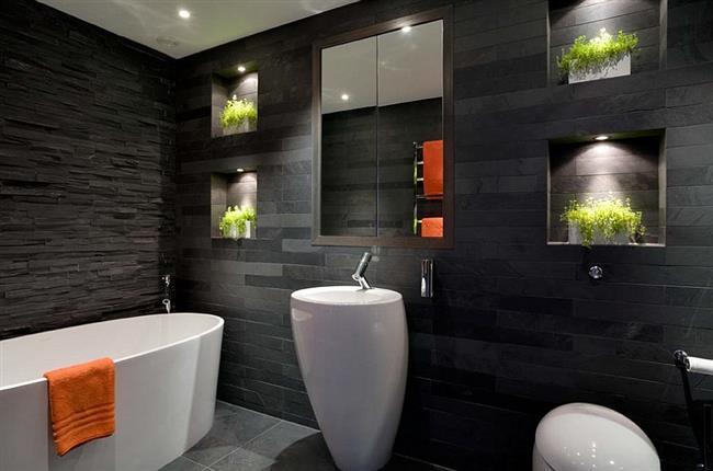 Стильная ванная с плиткой черного цвета.