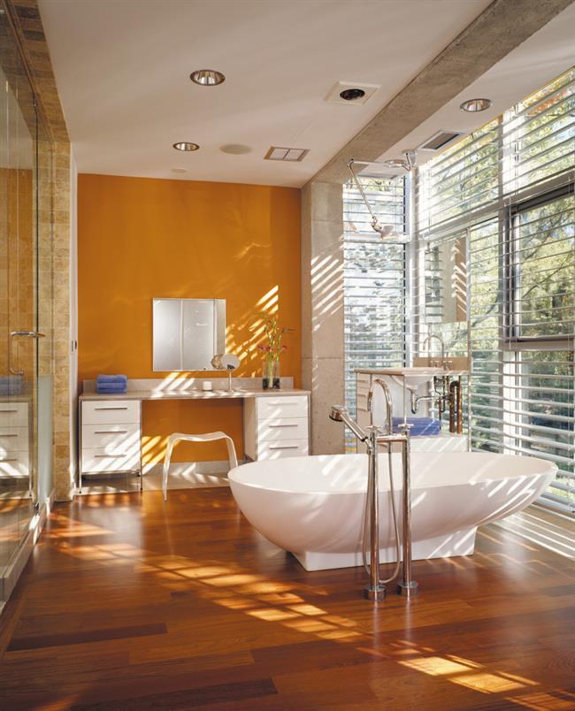 Оранжевая ванная в индустриальном стиле.