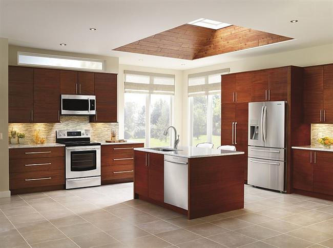 Кухня в современном стиле с небольшим мансардным окном.