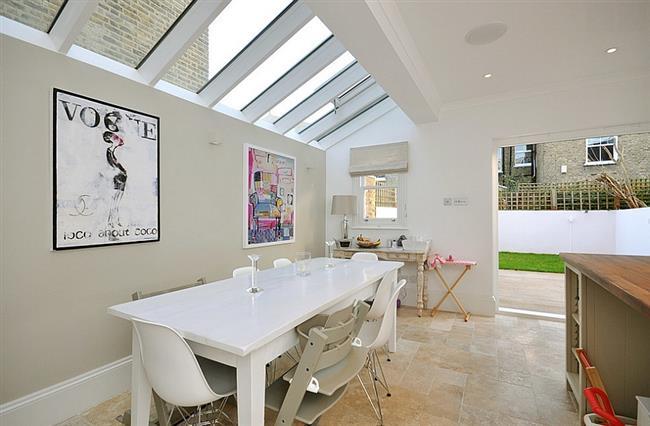 Кухня-столовая с прямоугольными мансардными окнами.