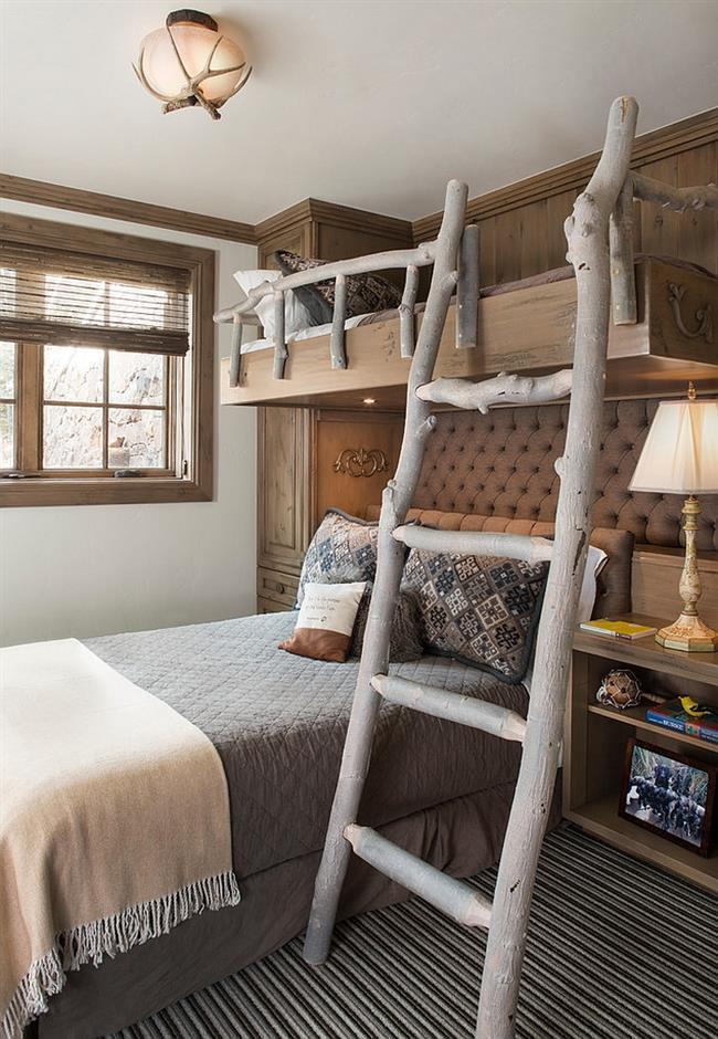 Необычная кровать с деревянной лестницей.